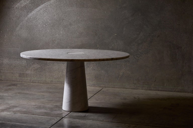 Carrara marble dining or centre table by Angelo Mangiarotti for Skipper. Made in Italy, circa 1970s.