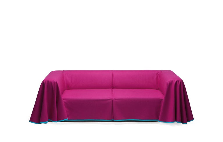 Cosy in winter, light and comfortable in summer, interchangeable covers make this sofa as fashionable and flexible as your wardrobe. Whether smart or casual, customize the Cape with bespoke fabric and a range of over one hundred tape and trim