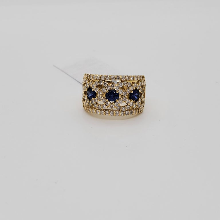 Estate Blue Sapphire Oval and White Diamond Band Ring in 18k Yellow Gold In Excellent Condition For Sale In Los Angeles, CA