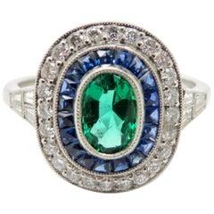 Estate Platin Smaragd, Saphir und Diamant Halo Ring