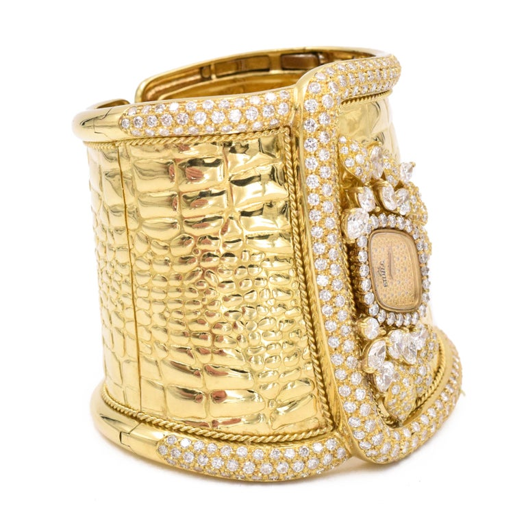 Etoile Diamond Cuff Watch Made in 18 Karat Yellow Gold In Good Condition For Sale In New York, NY