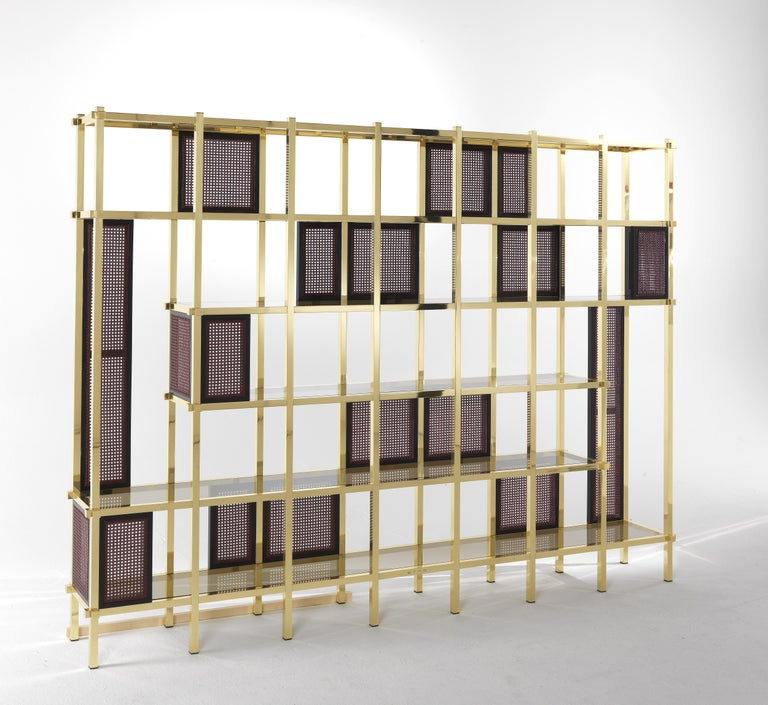A bookcase with a strong decorative appeal, worthy of a starring role in any living space. The scenographic structure is the result of a game of colours and contrasts: the regular and austere grid is livened up thanks to the alternation of natural