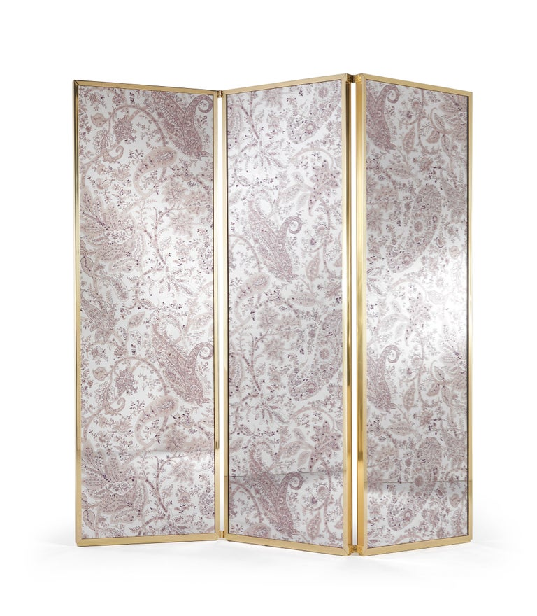 Refinement, spirituality and introspection are the main  themes underlying this sophisticated screen: the shining, ethereal fabric combines with the polished brass profiles creating a harmonious set able to add charm to any environment.  Wooden