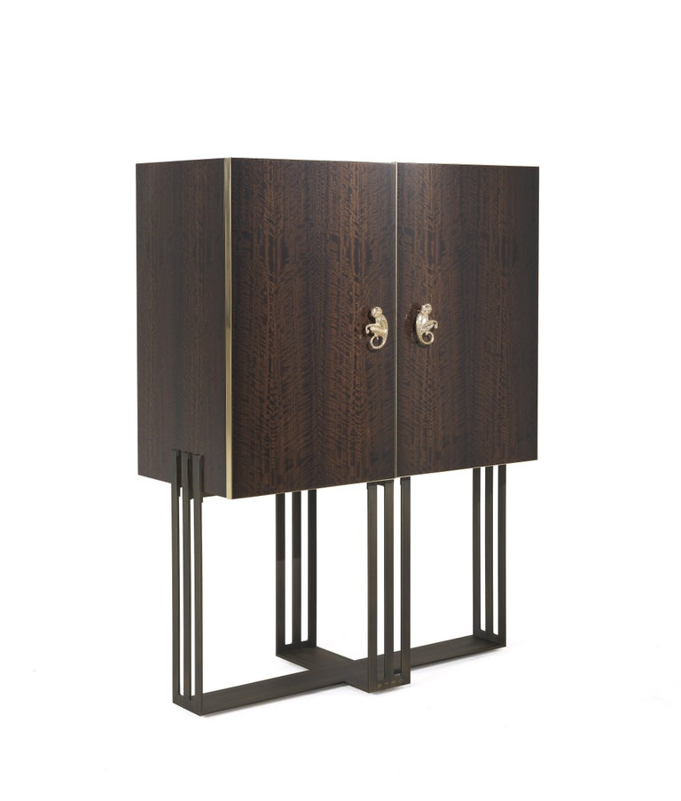 The sober and elegant forms of Klee cabinet hide a surprising profusion of original details. From the little monkey, symbol of Etro's creative universe, to the base in patinated bronze that incorporates the initials of the brand, to the precious