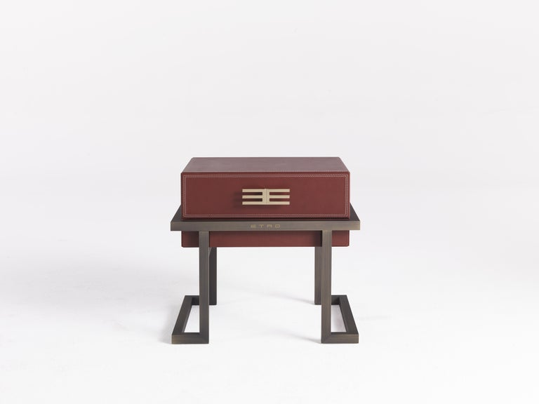A new, captivating upholstery for the evocative Kolkata chest of drawers. The peculiarity is the processing of the leather upholstery, sewn on the edges to emphasize the corners of the furniture. The piece of furniture is enhanced by decorative