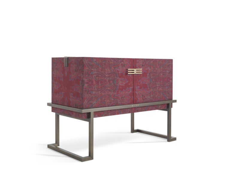 An evocative piece of furniture that recalls the shape of an ancient chest, like those which were sorted in Kolkata, which was one of the primary commercial centres in India. Embellished by a patinated bronze base, the cabinet is covered with the