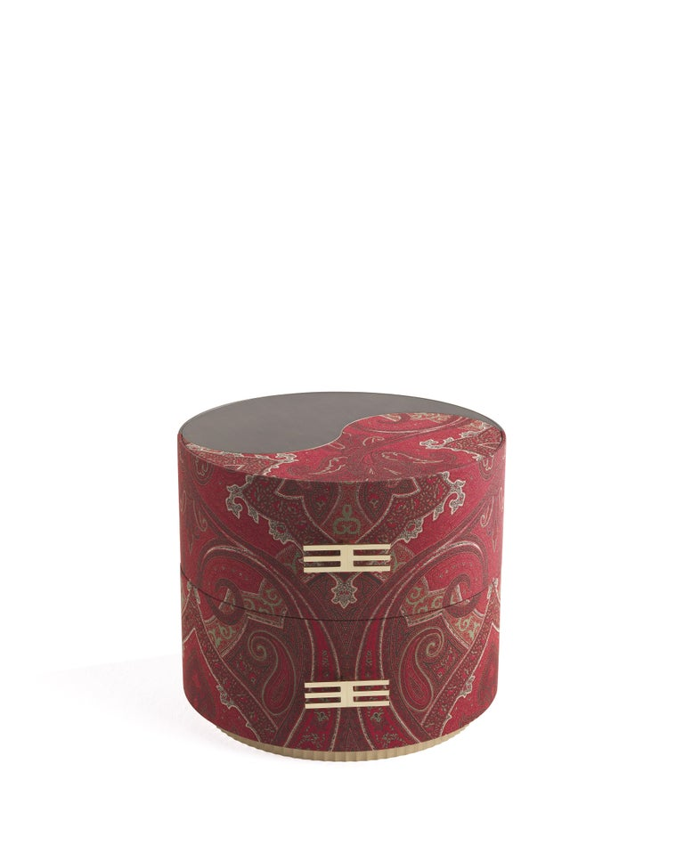 The mystic symbol of the tao, the embrace between the two opposites, yin and yang, or the symbolic encounter between two botehs, the drop-shaped vegetable motif that generates the paisley design. A small table with a double interpretation, in which