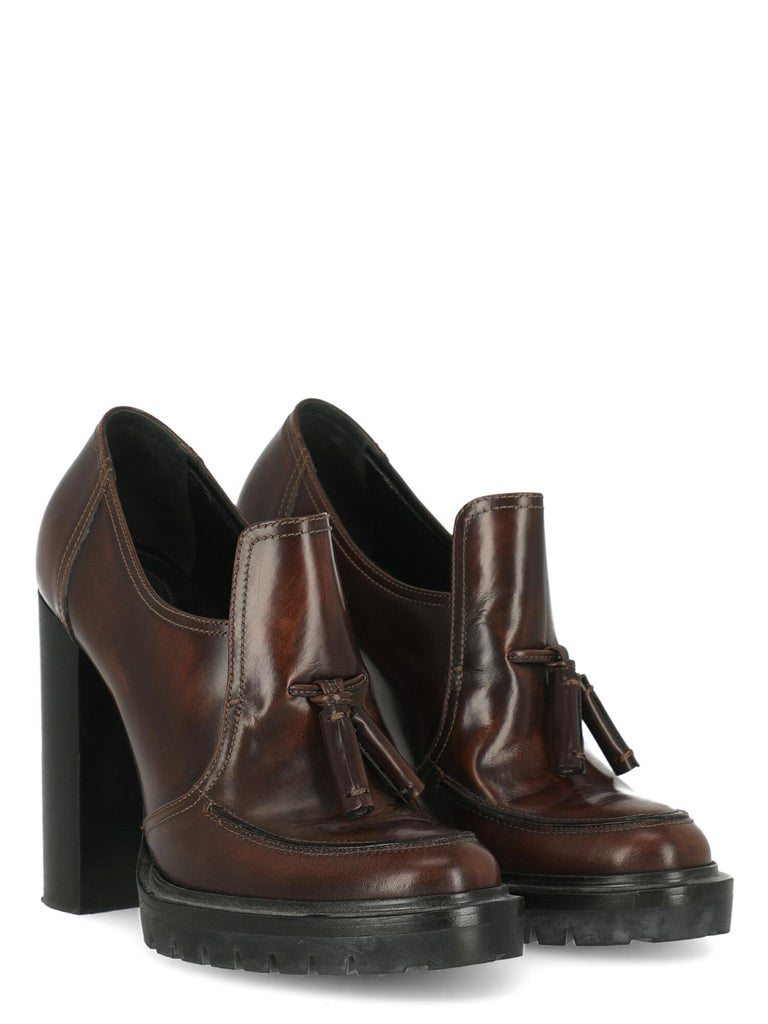 Pumps, leather, solid color, round toe, branded insole, leather insole, with plateau, high heel, elasticated detail.  Includes: - Dust bag  Product Condition: Very Good Sole: negligible marks. Upper: negligible scratches. Insole: negligible generic