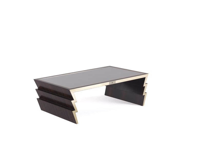 Made in smoked frisé eucalyptus wood, the Ziggy central table is supported by legs recalling the zigzag shape of the thunderbolts. The mythological inspiration, one of the dominant themes in the 2019 collection, is expressed in this case in an