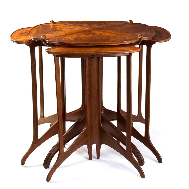 Dynamism meets beauty in this refined composition in padauk and Madagascar rosewood by Eugène Gaillard. The aptly-titled