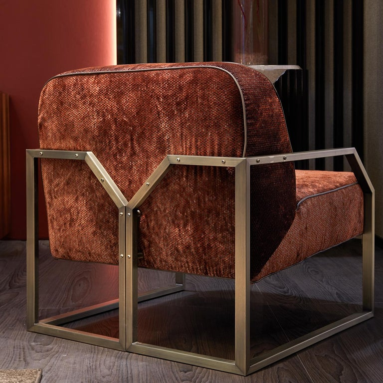 Create a sumptuous lounge atmosphere in a contemporary space with the Evie armchair. On a Minimalist base with a bronze finish, the chair is characterized by its deep and wide seat, inviting you in for a cozy evening. The plush armchair can be