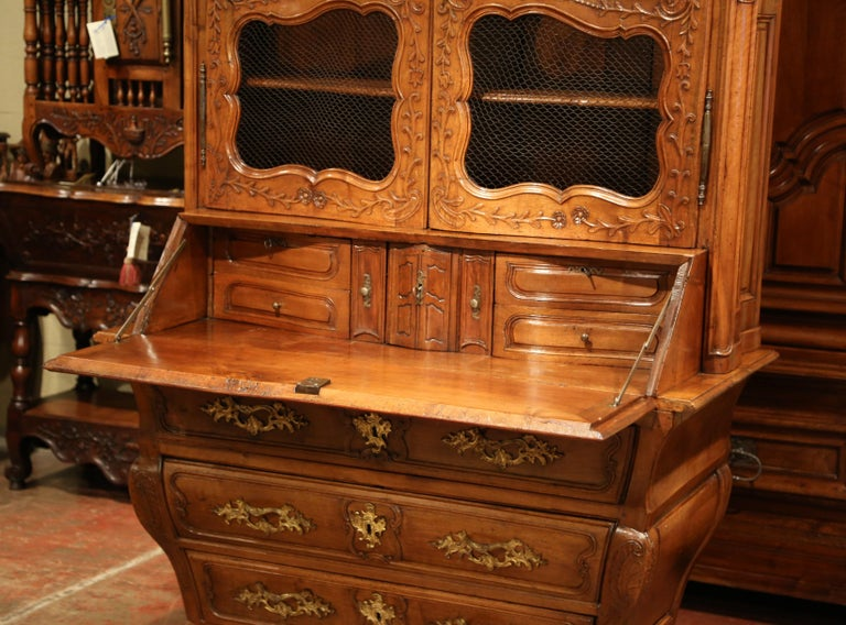 18th Century French Louis XV Carved Walnut Bombe Secretary Bookcase In Excellent Condition For Sale In Dallas, TX