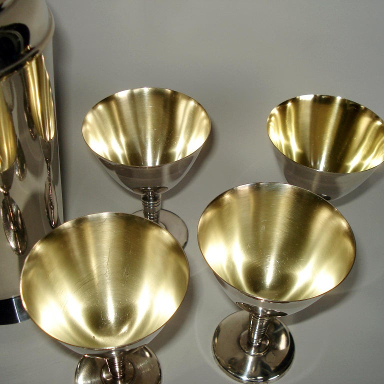 Art Deco Exceptional Cocktail Shaker and Sixteen Martini Goblets In Good Condition For Sale In Bochum, NRW