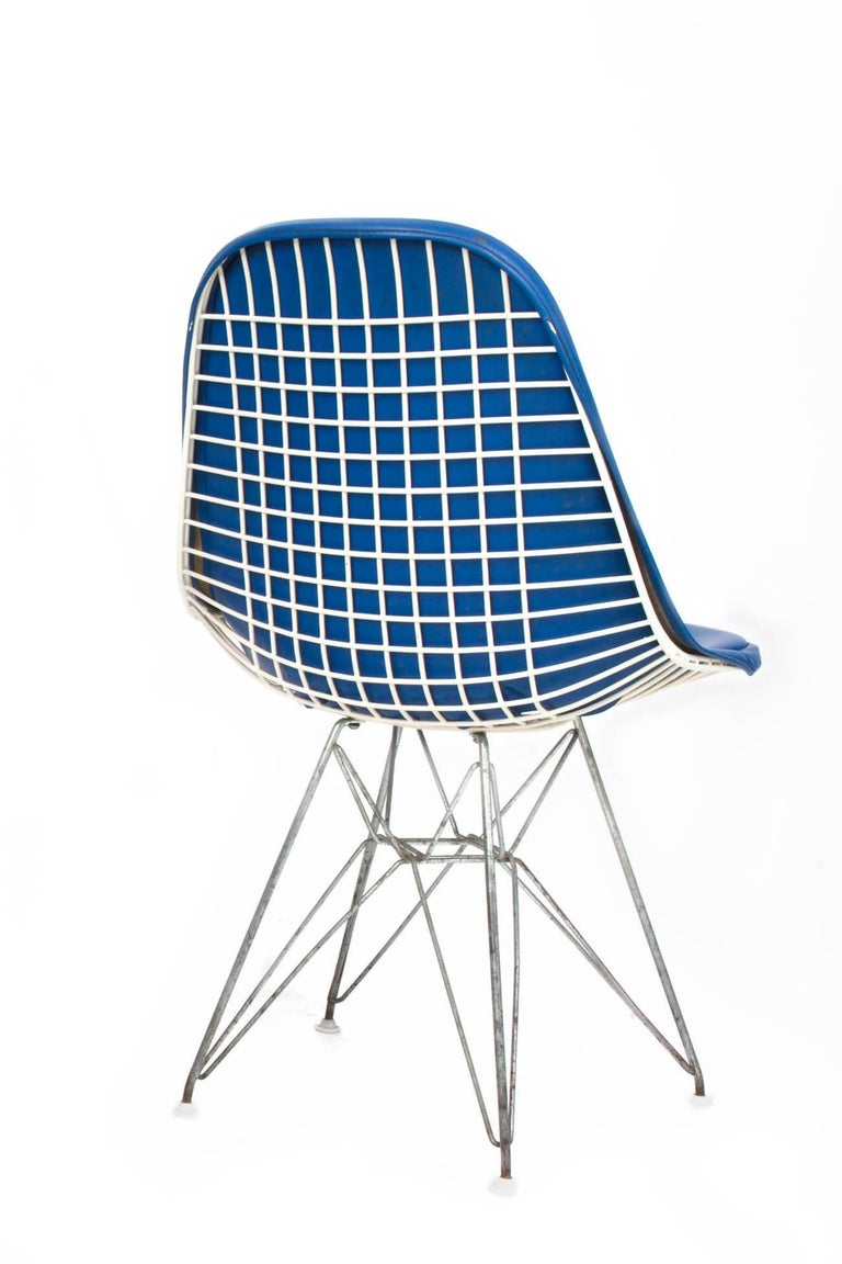 Original Set of 4 Eames DKR-1 Dining Chairs in Blue Vinyl and White Steel, 1951 In Good Condition For Sale In New York, NY