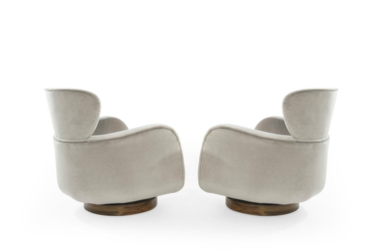 Mid-Century Modern Exceptional Set of Wingback Swivel Chairs on Rosewood by Vladimir Kagan