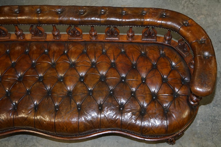 Exceptionally Rare 1840s Fully Restored Chesterfield Brown Leather Sofa Bench In Good Condition In London, GB