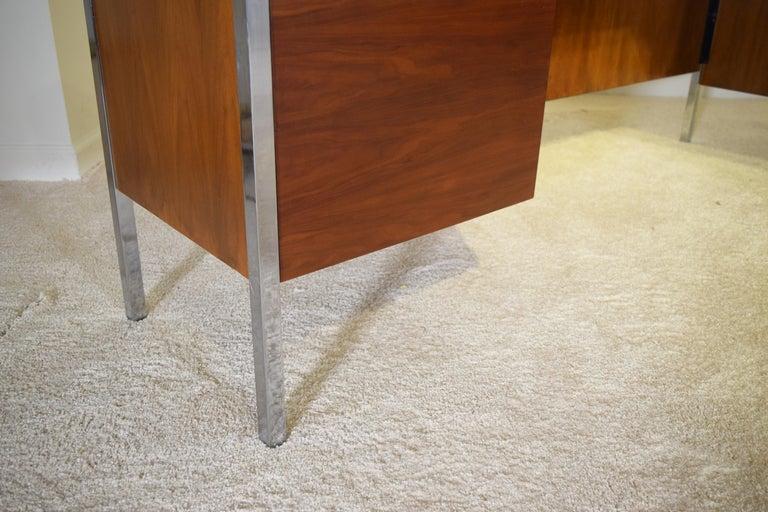 Executive Knoll Walnut Desk with Return For Sale 5