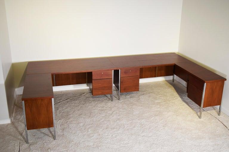 Mid-Century Modern Executive Knoll Walnut Desk with Return For Sale