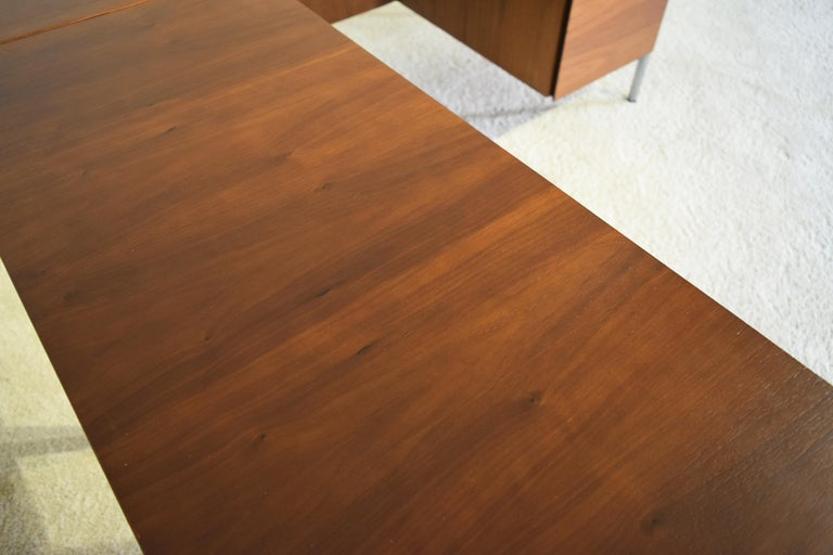 Executive Knoll Walnut Desk with Return In Excellent Condition For Sale In South Charleston, WV