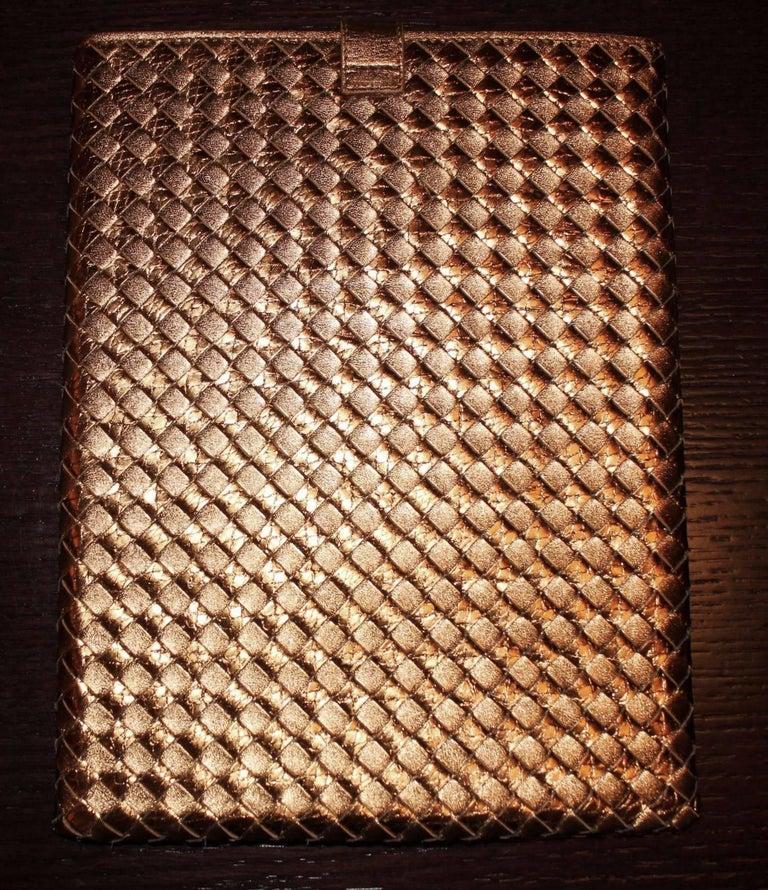 NEW Bottega Veneta Exotic Skin Metallic Intrecciato Ayers Oro Bruciato Ipad Case In New Condition For Sale In Switzerland, CH