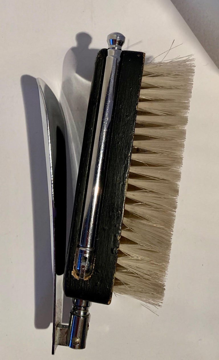 A conveniently collapsable boot horn with brush for the horse trainer in all of us or those difficult to brush suits and winter jackets, Hinge back the horn, pull out / pull-out the telescoping sides and now you can easily clean or brush your riding