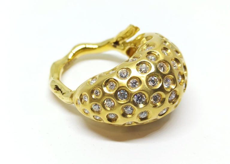 Experience Thin Air Zone with One of a Kind White Diamond Cocktail Ring In New Condition For Sale In NEW DELHI, IN