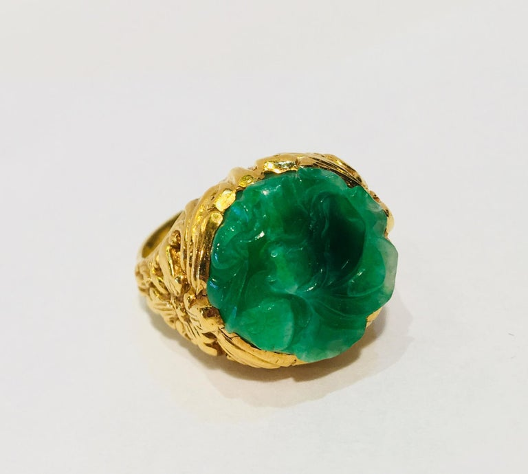 Exquisite Art Deco 12 Carat Jade Carved Flower Apple Green Jade 22 Karat Ring For Sale 4