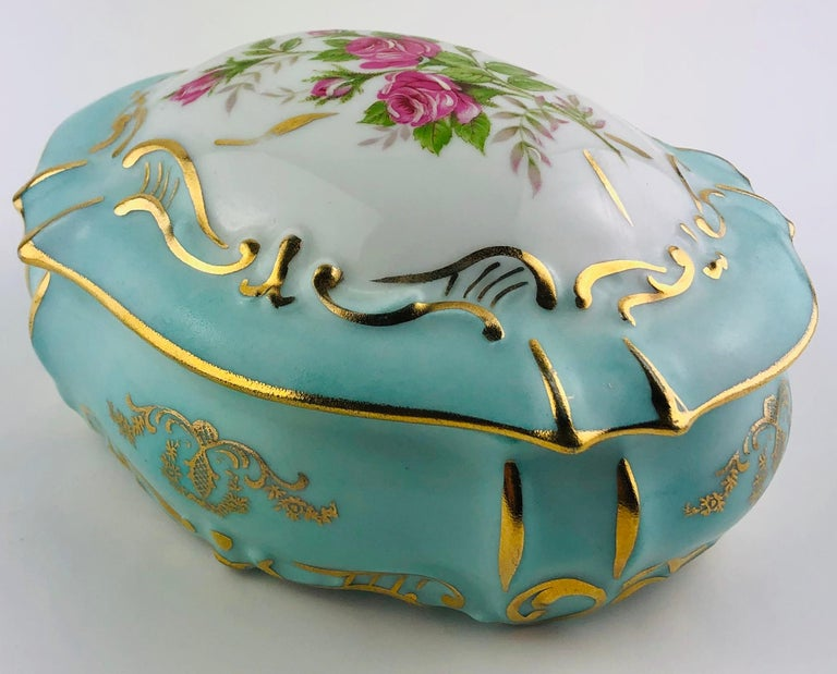 Exquisite French Limoges Hand Painted Gold Trim Trinket or Jewelry Box In Good Condition For Sale In Arles, FR
