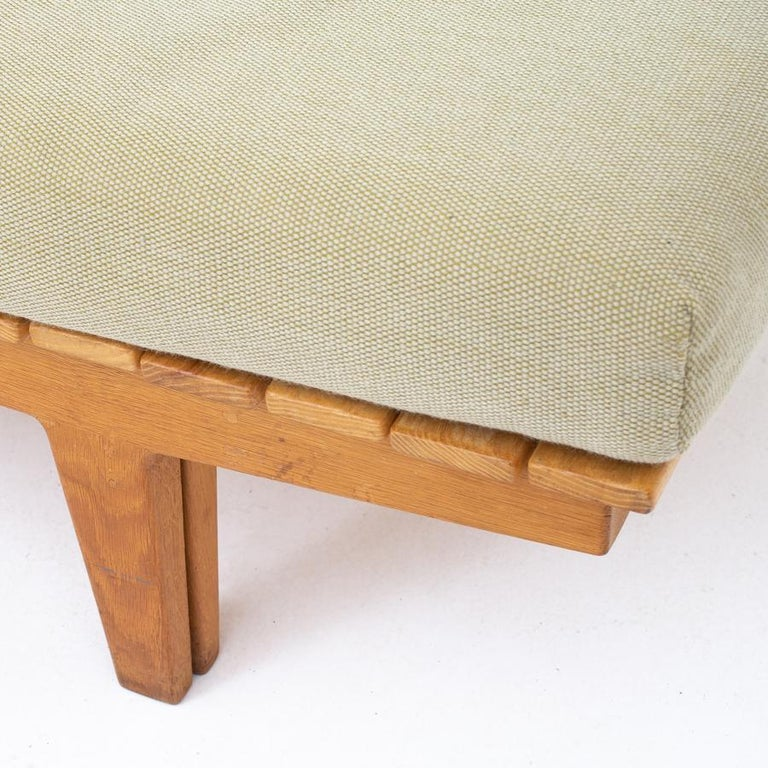 Extendable daybed with frame of oak and top of solid ash. Cushions in green wool. Designed 1956. Maker Søren Horn. Measure: Additional length 77.00cm.