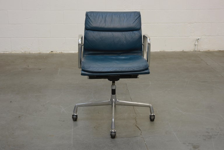 A collectible and sought after Early Production blue leather 'Soft Pad' management desk chair from the Aluminum Group line, designed by Charles and Ray Eames for Herman Miller. Featuring its original ocean blue color leather upholstery over original