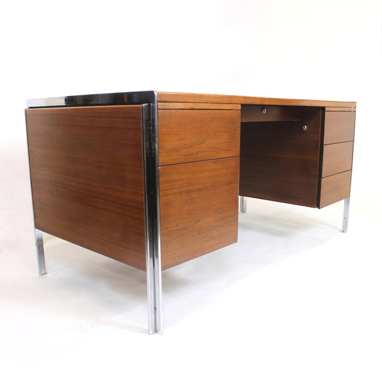 This wonderful Mid-Century Modern desk by Stow Davis has everything going for it. With its beautifully clean lines and touch of polished aluminium accents, this desk is the epitome of 1970s chic. Whether you use it in your home or office, this