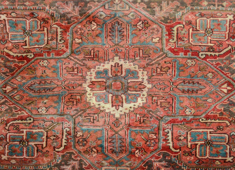 Extraordinary Vintage Heriz Rug In Good Condition For Sale In Chicago, IL