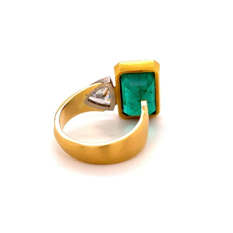 Extravagant Emerald and Diamond Ring 18 Karat Gold For Sale 4