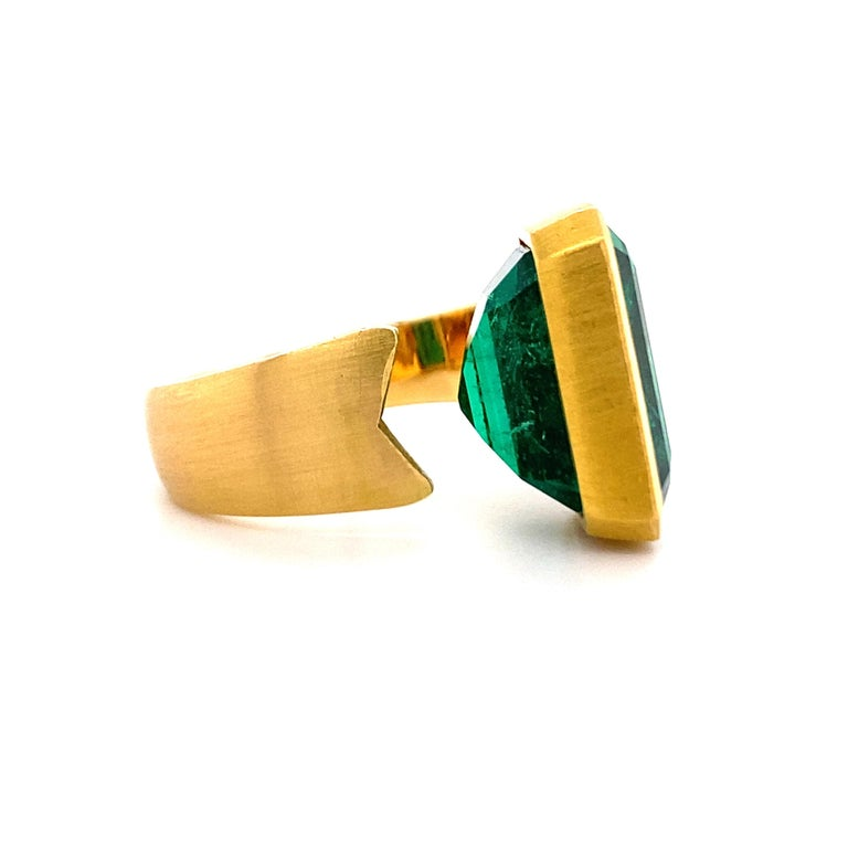 Extravagant Emerald and Diamond Ring 18 Karat Gold For Sale 5