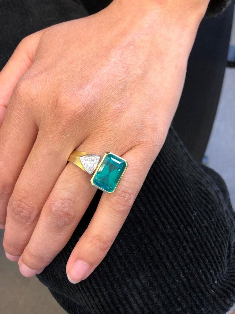 Modern Extravagant Emerald and Diamond Ring 18 Karat Gold For Sale