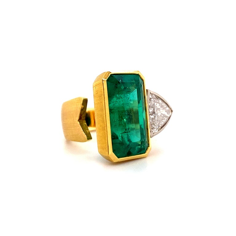 Extravagant Emerald and Diamond Ring 18 Karat Gold In Excellent Condition For Sale In Lucerne, CH