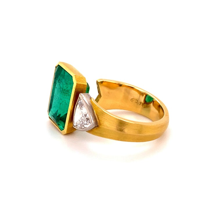 Women's or Men's Extravagant Emerald and Diamond Ring 18 Karat Gold For Sale