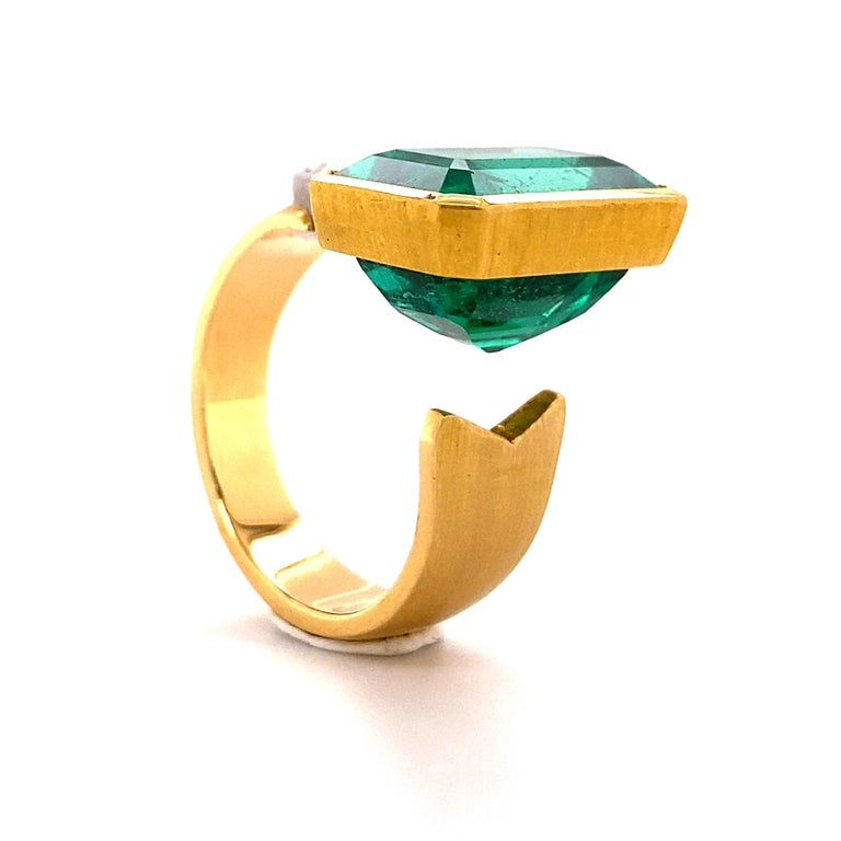 Extravagant Emerald and Diamond Ring 18 Karat Gold For Sale 1