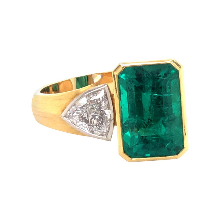 Extravagant Emerald and Diamond Ring 18 Karat Gold For Sale
