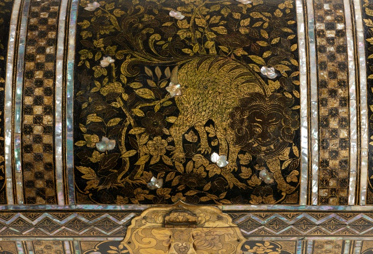 Large Japanese Namban Lacquer Coffer Arqueta, 16th Century In Good Condition For Sale In Amsterdam, NL