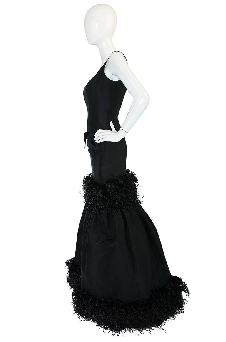 F/W 2004 Oscar de la Renta Silk & Ostrich Feather Trim Gown In Excellent Condition For Sale In Rockwood, ON