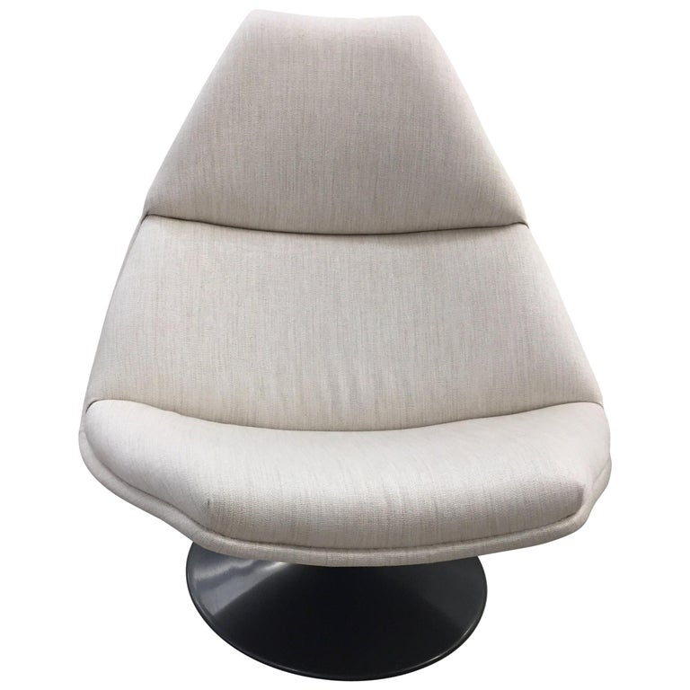 Artifort F510 Fabric Swivel Lounge Chair For Sale