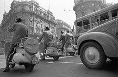Le Tre Vespe, Roma 1962 - Contemporary Black & White Photography