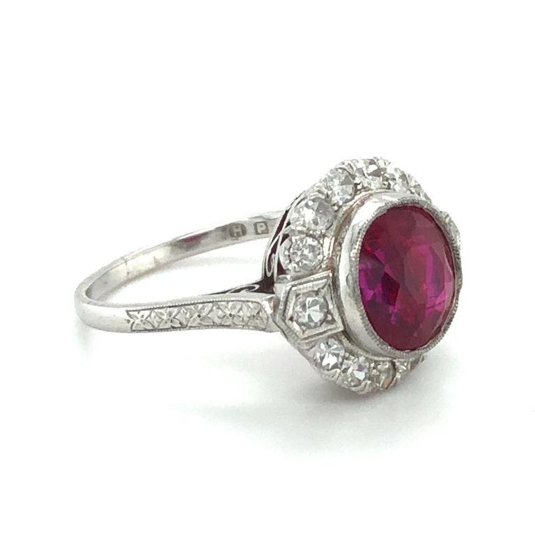 Fabulous Art Deco Ring with Burmese Ruby and Diamonds in Platinum 950 In Good Condition In Lucerne, CH