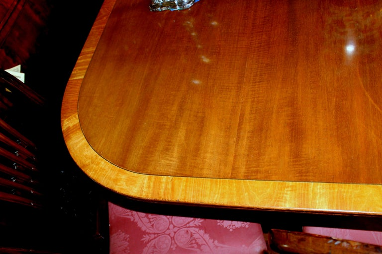Fabulous Old English Early 20th C. Figured Mahogany Dining Table w/ Walnut Inlay In Good Condition For Sale In Charleston, SC