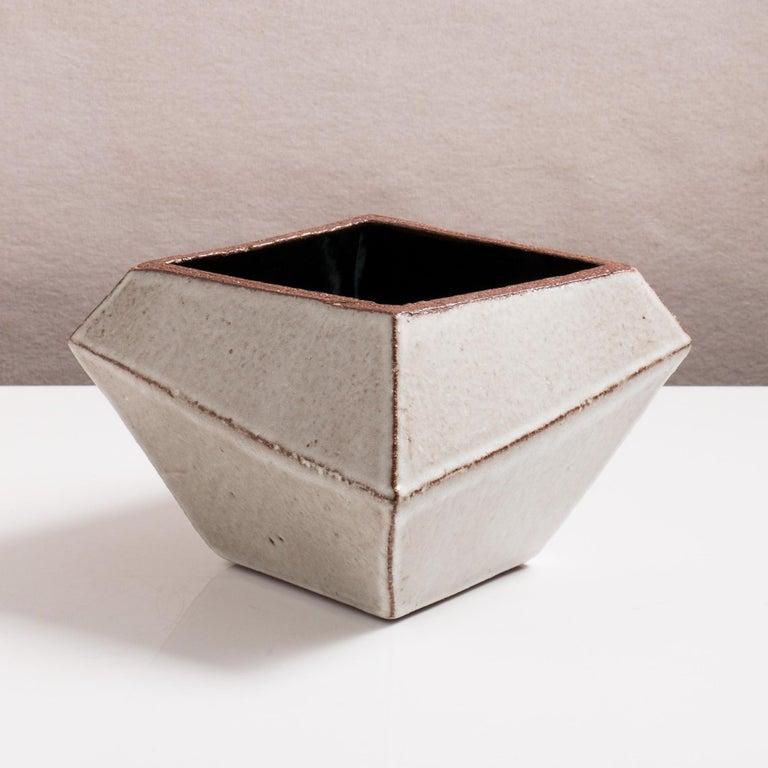 Facettiertes glänzendes graues und schwarzes modernes geometrisches Keramikgefäß 2