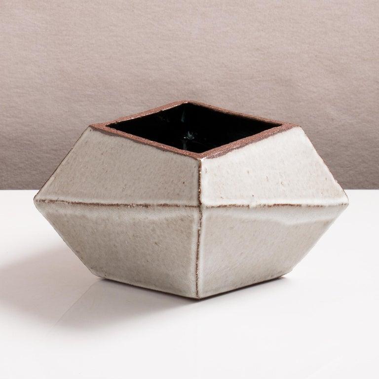 Facettiertes glänzendes graues und schwarzes modernes geometrisches Keramikgefäß 3