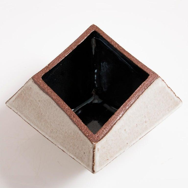 Facettiertes glänzendes graues und schwarzes modernes geometrisches Keramikgefäß 4