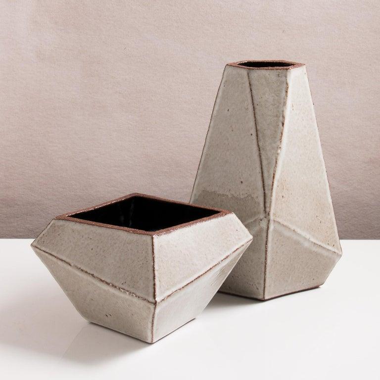 Facettiertes glänzendes graues und schwarzes modernes geometrisches Keramikgefäß 5