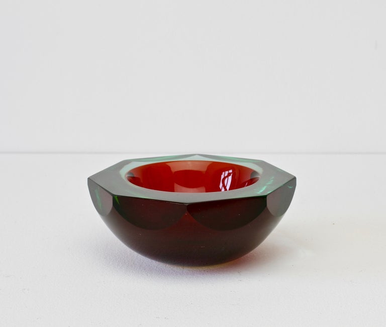 Faceted Large Red and Green Murano Sommerso Diamond Cut Glass Centrepiece Bowl In Good Condition For Sale In Landau an der Isar, Bayern